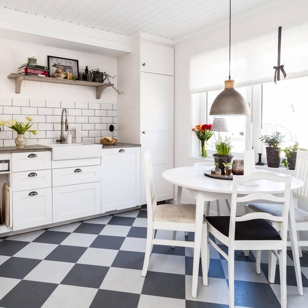 klasyczna biała kuchnia zdrewnianym blatem